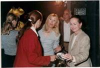 זהרה סימקינס-מנור, חברת העמותה עם תורמת ושופטת לילי ארטנשטיין, ברקע יושב ראש חבר השופטים עוד צבי פומרוק.